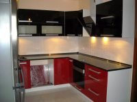 beépített konyhabútor fényes ajtókkal - abutorasztalos.hu