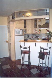 lakkozott fenyő beépített konyha - abutorasztalos.hu