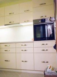 magasfényű beépített konyha rákosfalva - abutorasztalos.hu
