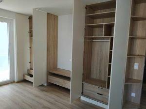 mennyezetig érő beépített szekrény - abutorasztalos.hu