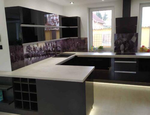 Magasfényű fekete konyhabútor nyomtatott üveg falburkolattal